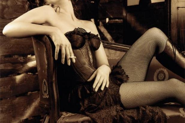 Piękna Renata Dancewicz w sesji dla CKM. Ponętna i seksowna aktorka przenosi się w przeszłość. Zobacz jak atrakcyjnie i kobieco wygląda Renata Dancewicz na zdjęciach dla CKM!