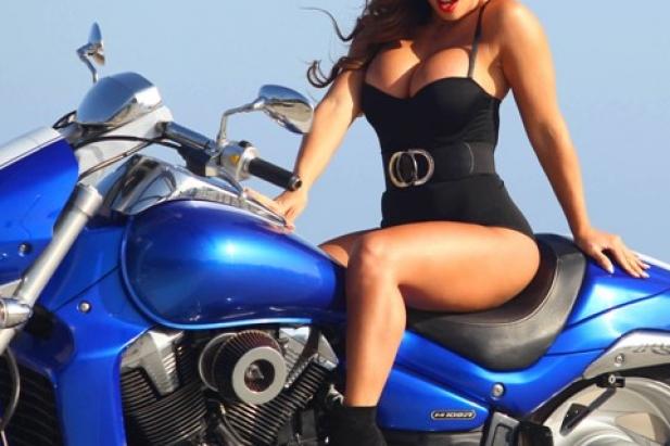 Seksowna laska na motorze.