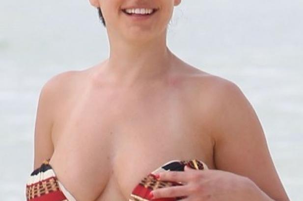 Gorąca modelka - Kelly Brook została przyłapana na plaży.