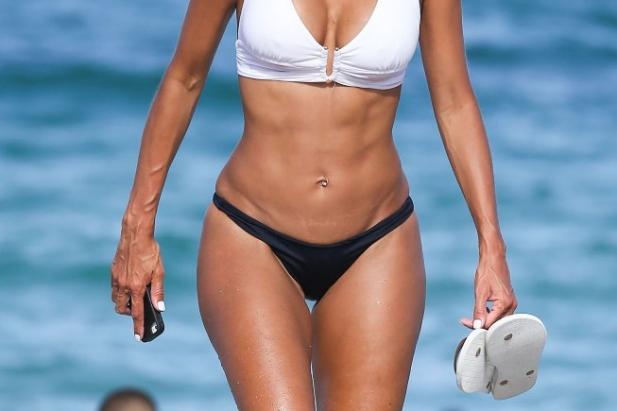 Była żona Eddiego Murphy'ego w bikini. Czy wiesz, że ta laska ma już 45 lat?!