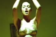 Angelina Jolie w teledyskach z 1993 i 1997 roku