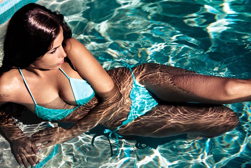Seksowna laska na basenie