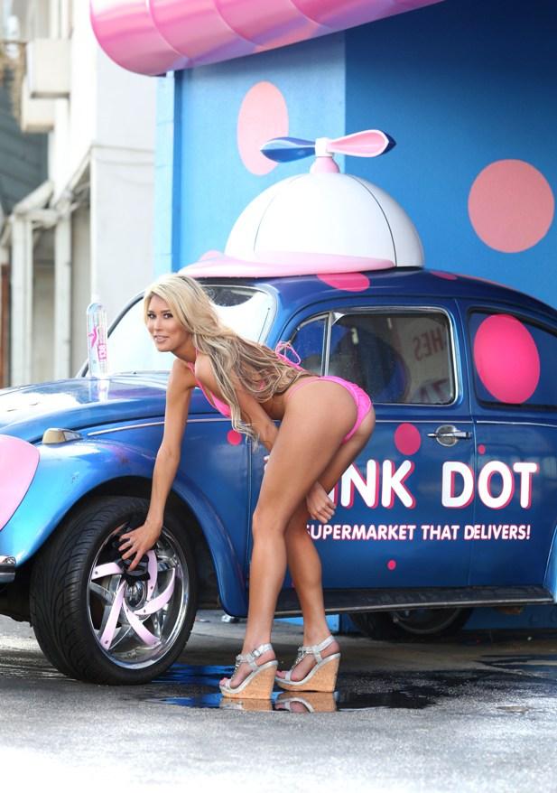 Lexie Marlow w różowym bikini w myjni samochodowej