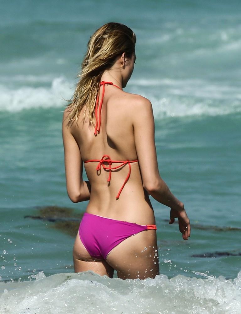 Martha Hunt w kolorowym bikini