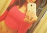 Ariana Marie w czerwonej bluzce przed lustrem