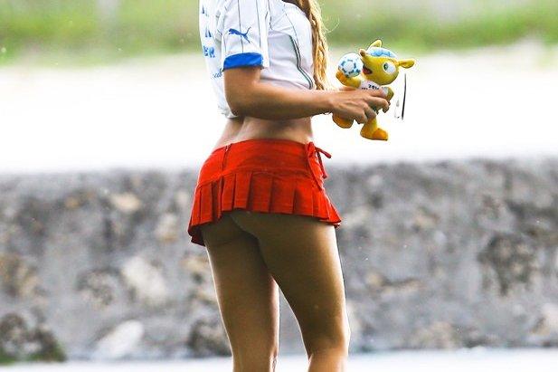 Mistrzostwa Świata w Piłce Nożnej 2014. Włoska modelka - Claudia Romani dopinguje swoją reprezentację narodową.