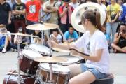 Ładna i zdolna perkusistka