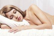 7 powodów, dla których warto spać nago