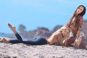 Daisy Lea i Tegan Ashley - seksbomby na plaży