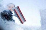 Jak usunąć lód z szyby w aucie