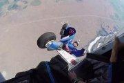 Skoczek w wingsuicie zahaczył o samolot