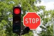 Czerwone światło nie uprawnia do rozmawiania przez telefon za kółkiem