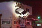 Facet wbił się samochodem w pierwsze piętro budynku