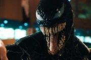 """Jak Tom Hardy staje się potworem w dwóch trailerach """"Venoma"""""""