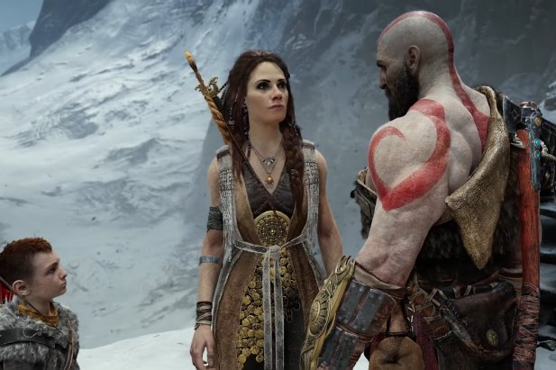 """O tej grze napisano i powiedziano już wiele dobrego. My również mamy za sobą kilkanaście godzin spędzonych w towarzystwie Kratosa i Arteusa i możemy z pełną stanowczością stwierdzić, że peany pochwalne na cześć najnowszego """"God Of War"""" w żadnym wypadku nie są przesadzone. Sporo się zmieniło względem trzeciej części krwawych przygód Boga Wojny – kamera jest ustawiona za plecami bohatera, system walki garściami czerpie z tego znanego z serii """"Souls"""" (chociaż rozgrywka nie jest aż tak trudna jak w grach od From Software), a duży nacisk położono na fabułę. Nie zapomniano oczywiście o najważniejszym elemencie serii, czyli efektownych i satysfakcjonujących starciach z mniejszymi i większymi przeciwnikami. Jeśli wasz plan na majówkę zakłada pobyt w domu i nadrobienie growych zaległości, to """"God Of War"""" powinien być waszym pierwszym wyborem. O ile rzecz jasna jesteście posiadaczami konsoli od Sony, bo przygody Kratosa trafiły wyłącznie na PlayStation 4."""