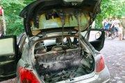Samochód się zapalił, bo kierowca wiózł w bagażniku rozpalonego grilla