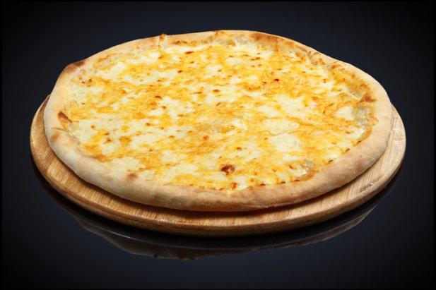 Sos: jogurt grecki, zioła prowansalskie  Dodatki: po około 50 g serów: mozzarella, gorgonzoli, parmezanu i ricotty  Zmieszaj jogurt z ziołami i posmaruj nimi placek. Każdy z serów ma inną intensywność smaku, więc mozzarellę ułóż w plastrach, gorgonzolę średnio rozdrobnij i posyp po całości, parmezan zetrzyj na tarce o większych oczkach, a ricottę nałóż łyżką w kilka miejsc. Całość zapiecz.  Sery są doskonałym źródłem białka i wapnia, przeciwdziałają osteoporozie i pomagają w zachowaniu zdrowia zębów, ale ze względu na wysoką zawartość tłuszczy nie należy przesadzać z ich spożyciem.