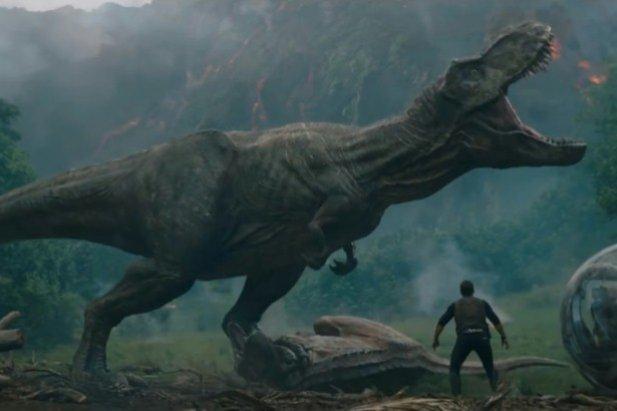 """Na początek w sekcji filmowej coś z odświeżonej klasyki kina, czyli w sumie już piąta część jurajskiego parku. W """"Jurassic World: Upadłe królestwo"""" dinozaury ponownie stają na krawędzi zagłady, gdy dotąd uśpiony wulkan na wyspie, którą zamieszkują, zaczyna pluć lawą. Na ratunek stworom przybywa jednak dwójka głównych bohaterów – Claire, chcąca ocalić zwierzęta za wszelką cenę, oraz Owen, próbujący odnaleźć welociraptora o imieniu Blue, którego sam wychował. W międzyczasie nasi protagoniści trafią jednak na trop spisku, który ma na celu przywrócenie Ziemi do stanu z czasów prehistorii. Zachęceni? To szorujcie do kin."""