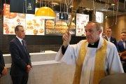 Takie rzeczy tylko w Polsce – ksiądz poświęcił nowo otwarty lokal McDonald's