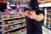 Facet napadł z bronią w ręku na stację benzynową – jego łup: napoje energetyczne