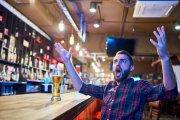 17 zasad barowej etykiety, których powinieneś przestrzegać, by nie wyjść na buca
