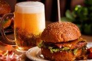 Z czym pić piwo? Poradnik kulinarny dla prawdziwych facetów