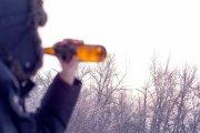 Zimowa pogoda sprawia, że ludzie piją więcej alkoholu