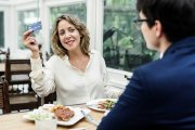 Na pierwszej randce większość kobiet woli płacić za oboje