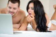 Oglądanie porno dołuje facetów, ale kobiety uszczęśliwia