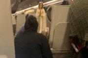 Matka Boska Kolejowa. Pasażerki w pociągu urządziły ołtarzyk z figurką