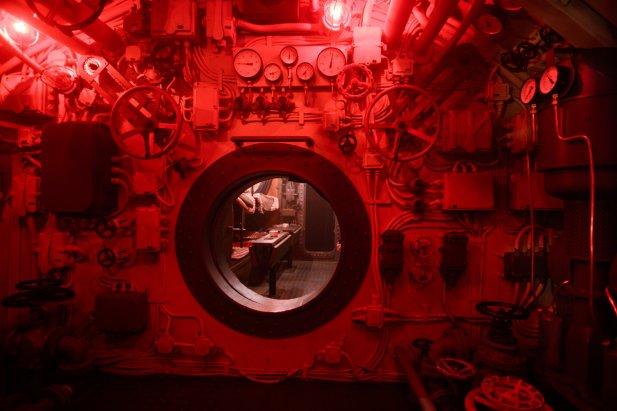 Tak wygląda praca na okręcie podwodnym. Ciasno, ciemno, brak prywatności