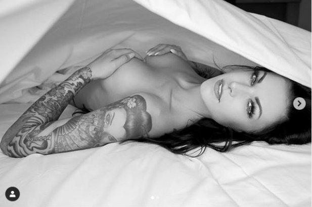 Czarnowłosa Ramona - mamy do niej słabość. A ona ma słabość do tatuaży i odrobiny ekstrawagancji. Zobacz galerie dziewczyny w kolorowe wzorki.