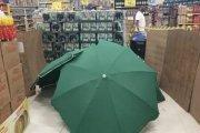Zmarł w Carrefourze. Zwłoki przykryto parasolami, a sklep nadal działał